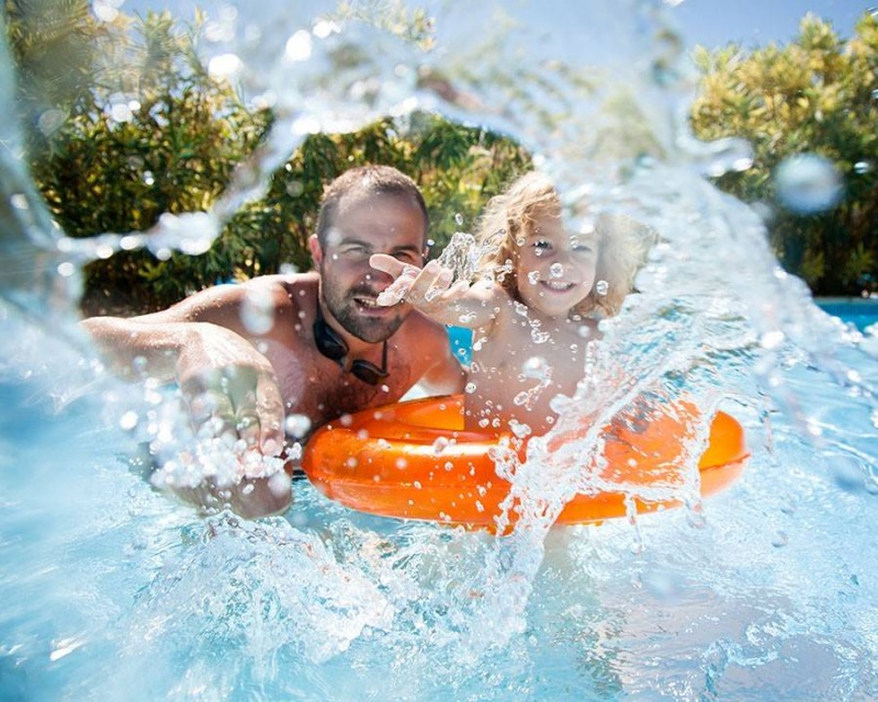media/image/child-with-father-in-swimming-pool-PY4R7MF_web_1280x1280.jpg